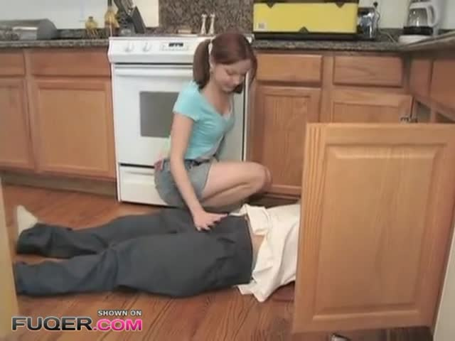 Teen Girl Provoking Plumber And Fuck Him At The End